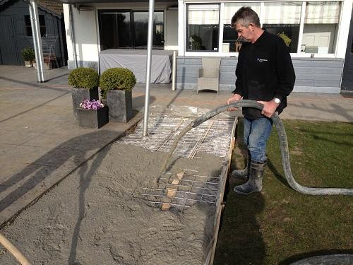 beton storten voor vloer in tuin